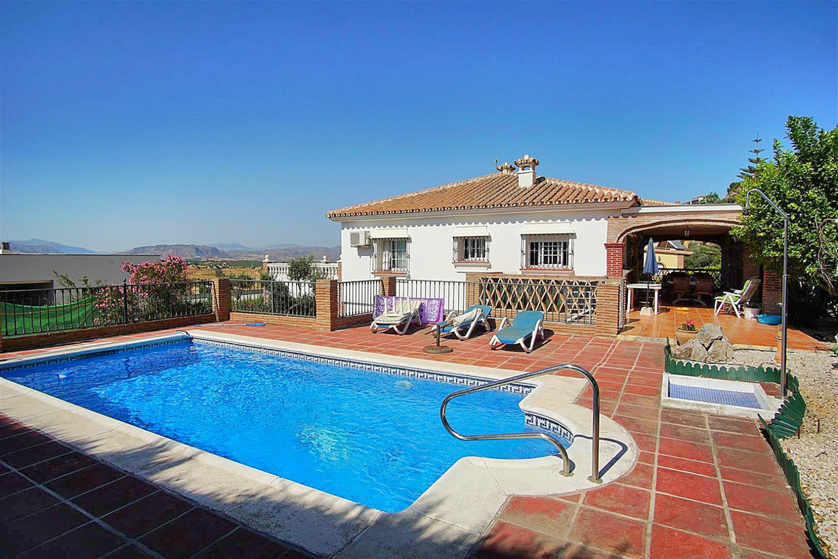 Great opportunity!  A detached villa with private pool, garage and apartment located in an urbanisat,Spain