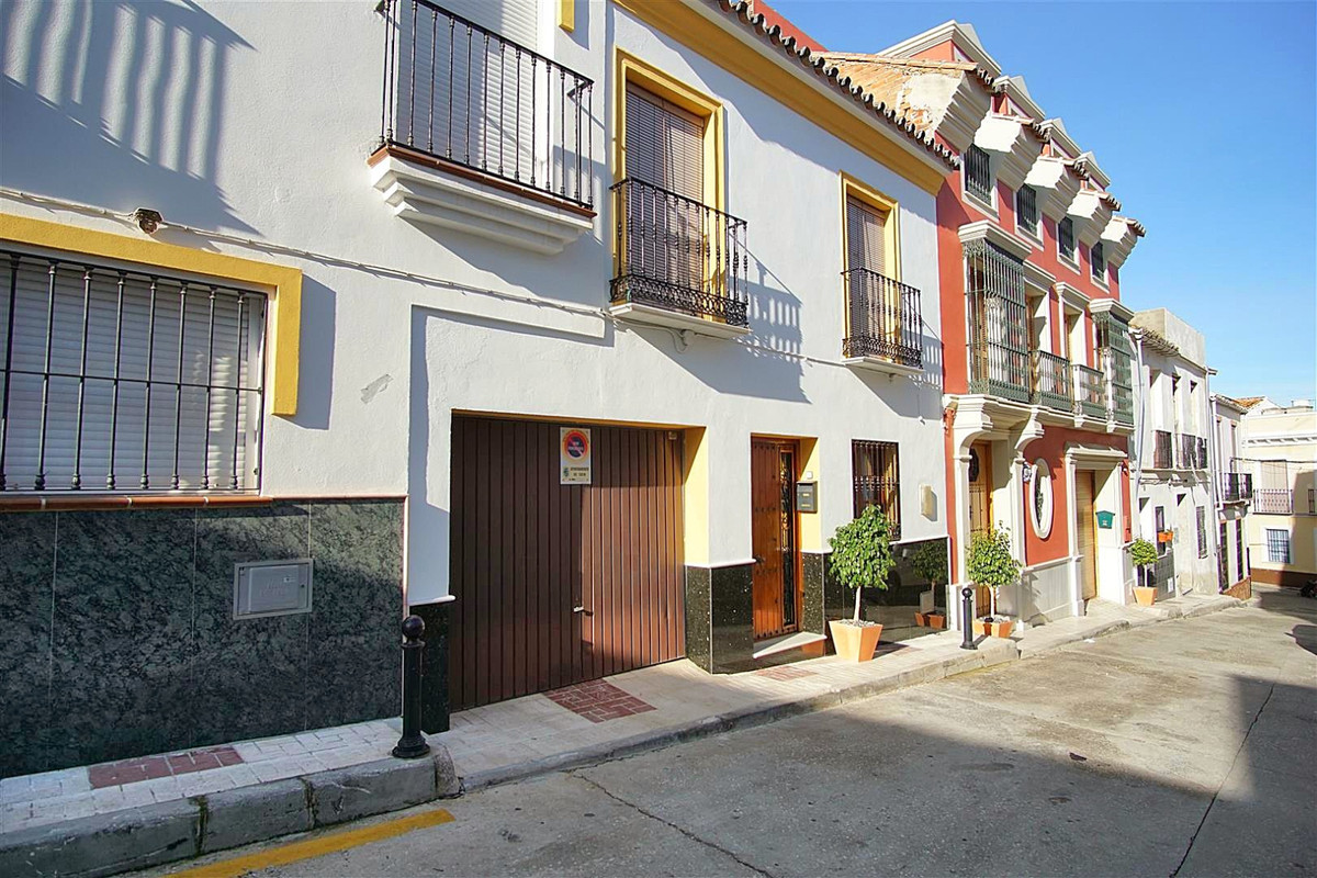 4 bedroom townhouse located in the centre of town but yet in a very peaceful area. This three-storey,Spain