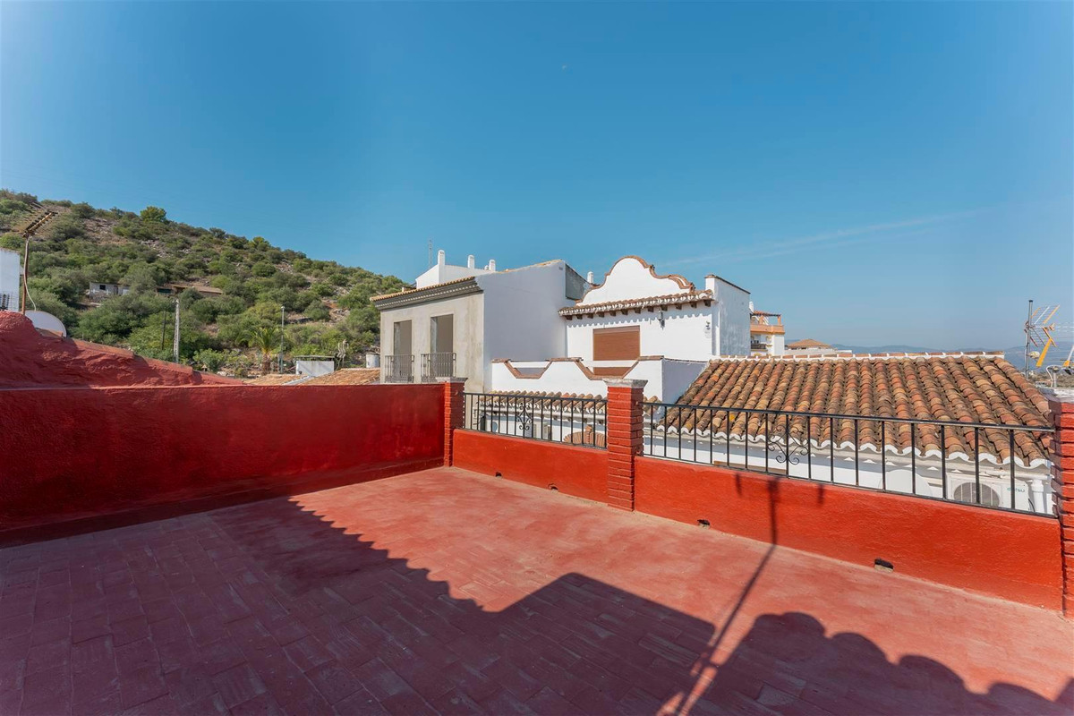 Townhouse with two bedrooms and large roof terrace with views.   This townhouse is located in the wh,Spain