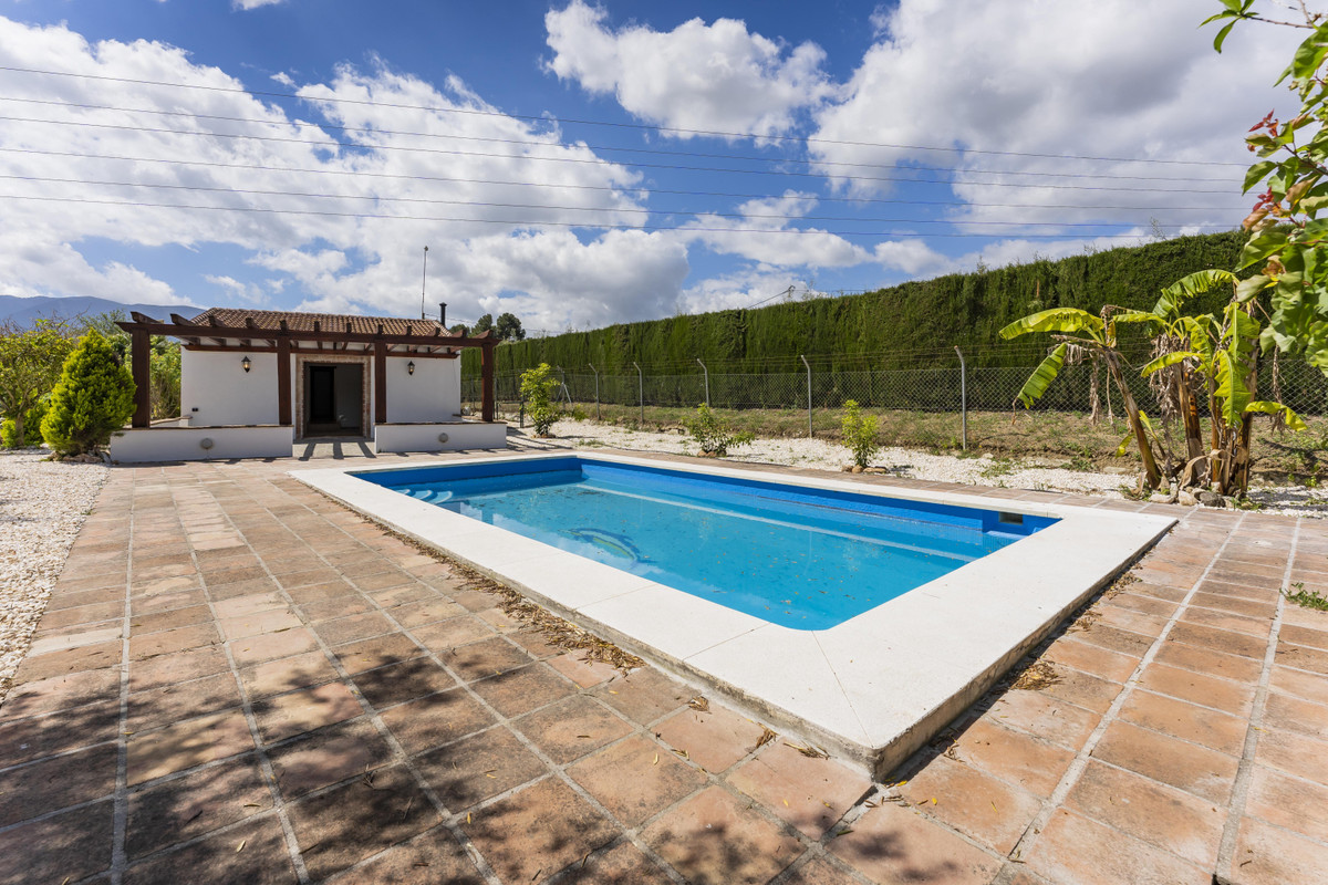 Finca with two bedrooms and private pool.   Lovely country house located north of Alhaurin el Grande, Spain