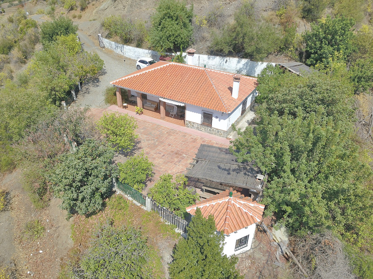 Great property located within a short drive to Alora.   This one storey home offers complete privacy,Spain