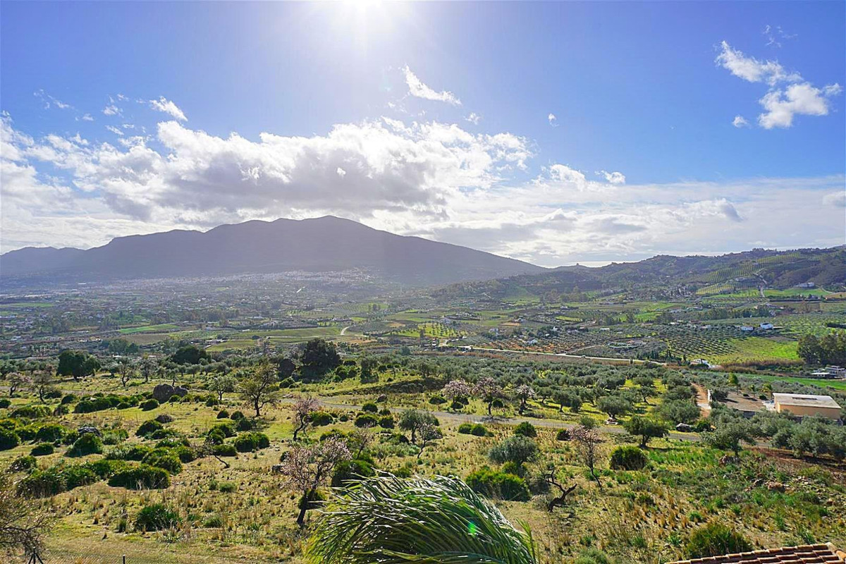 South facing residential plot offering breath-taking panoramic views. Located on the popular urbaniz, Spain