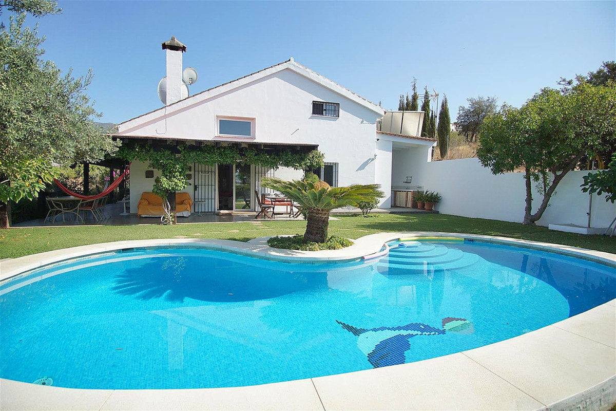Beautiful property offering panoramic views located just a short drive from the main road between Al,Spain