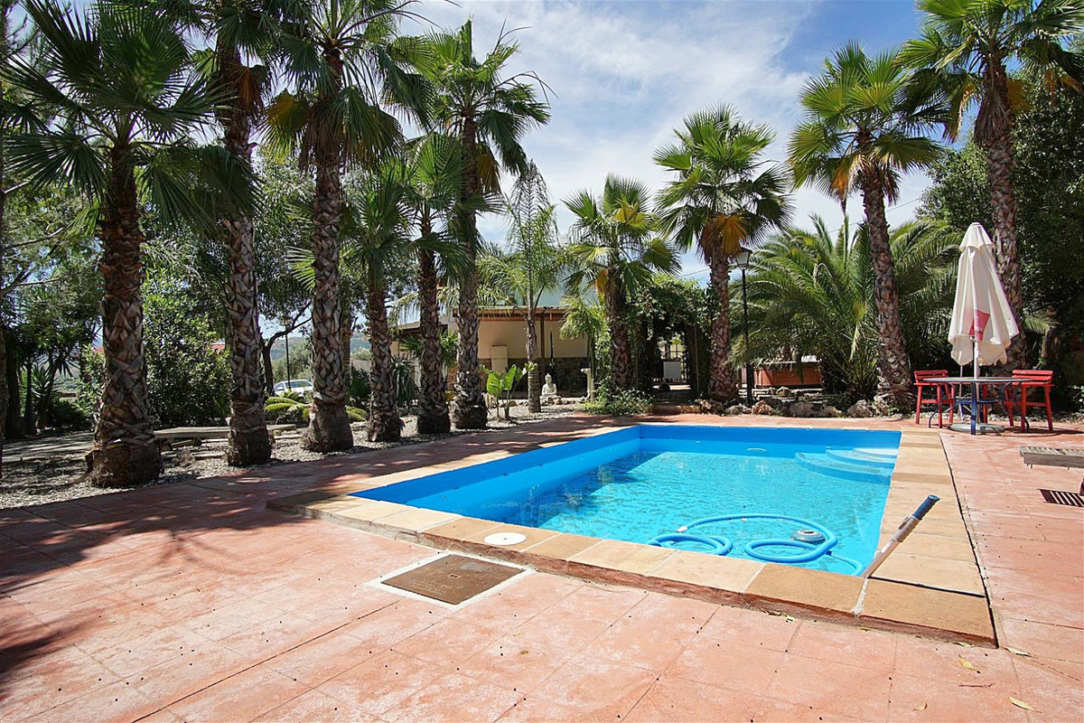 Beautiful country house with 3 bedrooms, pool, jacuzzi and garage/storage room.   Located between To, Spain