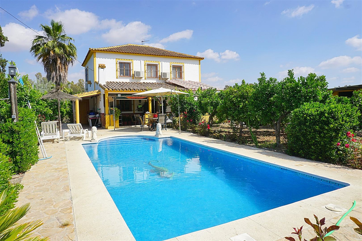Pretty country house located very close to Coin with very good road access.   This south facing two ,Spain