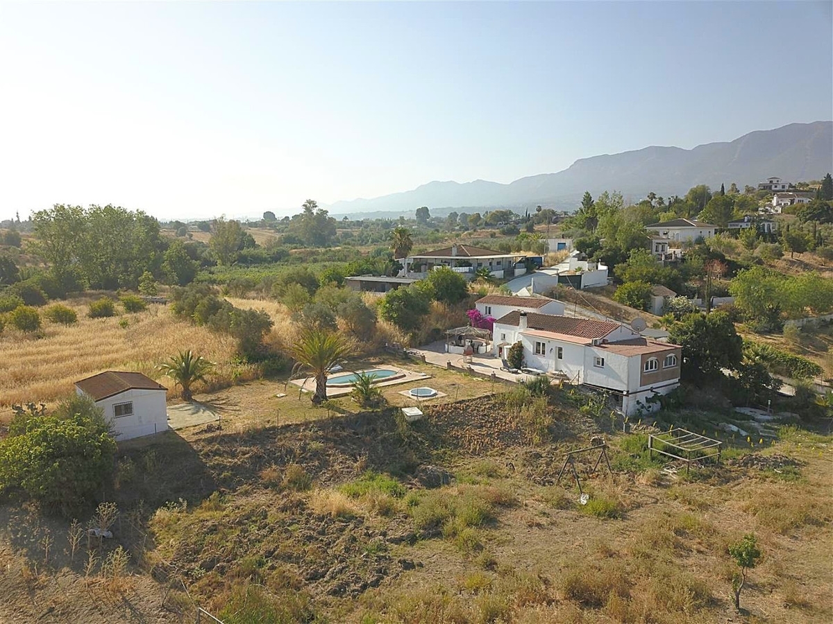 This finca located in Alhaurin el Grande offers many possibilities. It has a large house, an apartme, Spain