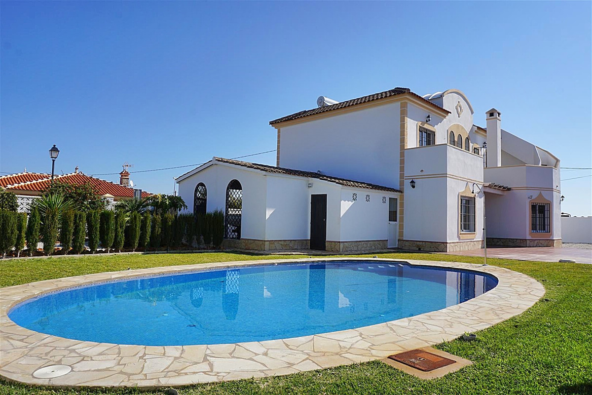 Spacious detached villa located near Lauro Golf Course.   This 2 storey home has 5 double bedrooms a,Spain