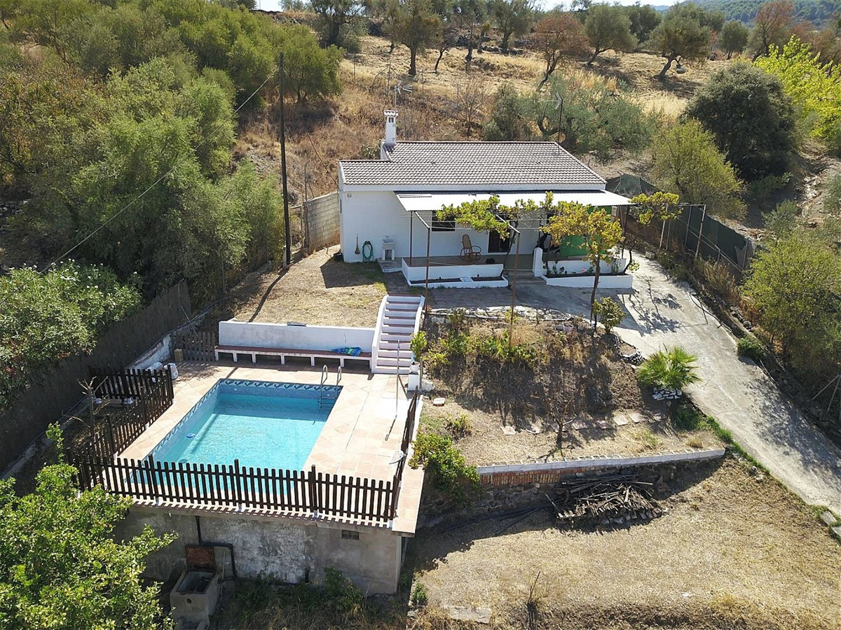 Country house located in Monda offering beautiful views to the south/southwest.   It has 2 bedrooms,,Spain