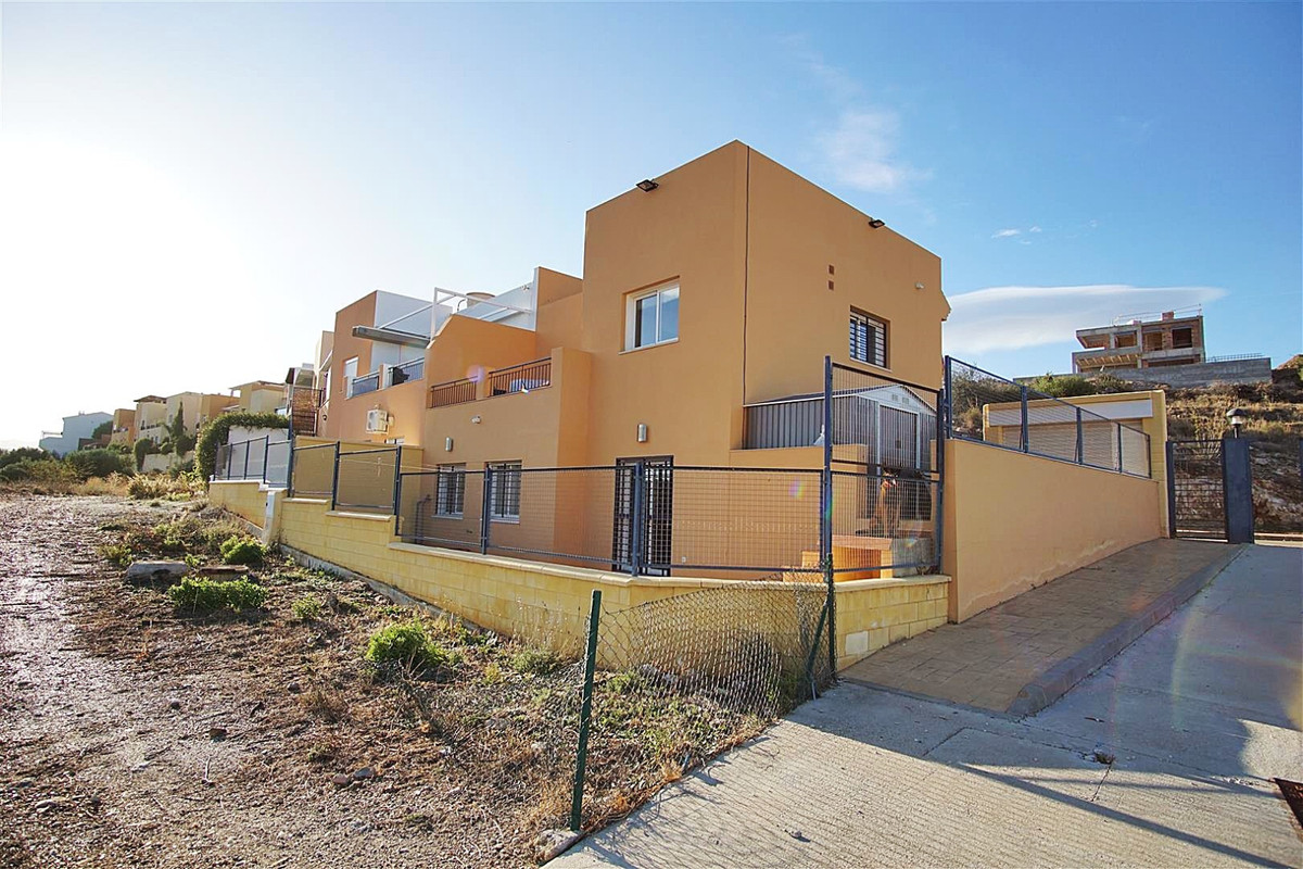 Semi-detached house with communal swimming pool located on the outskirts of Coin, one minute from La,Spain