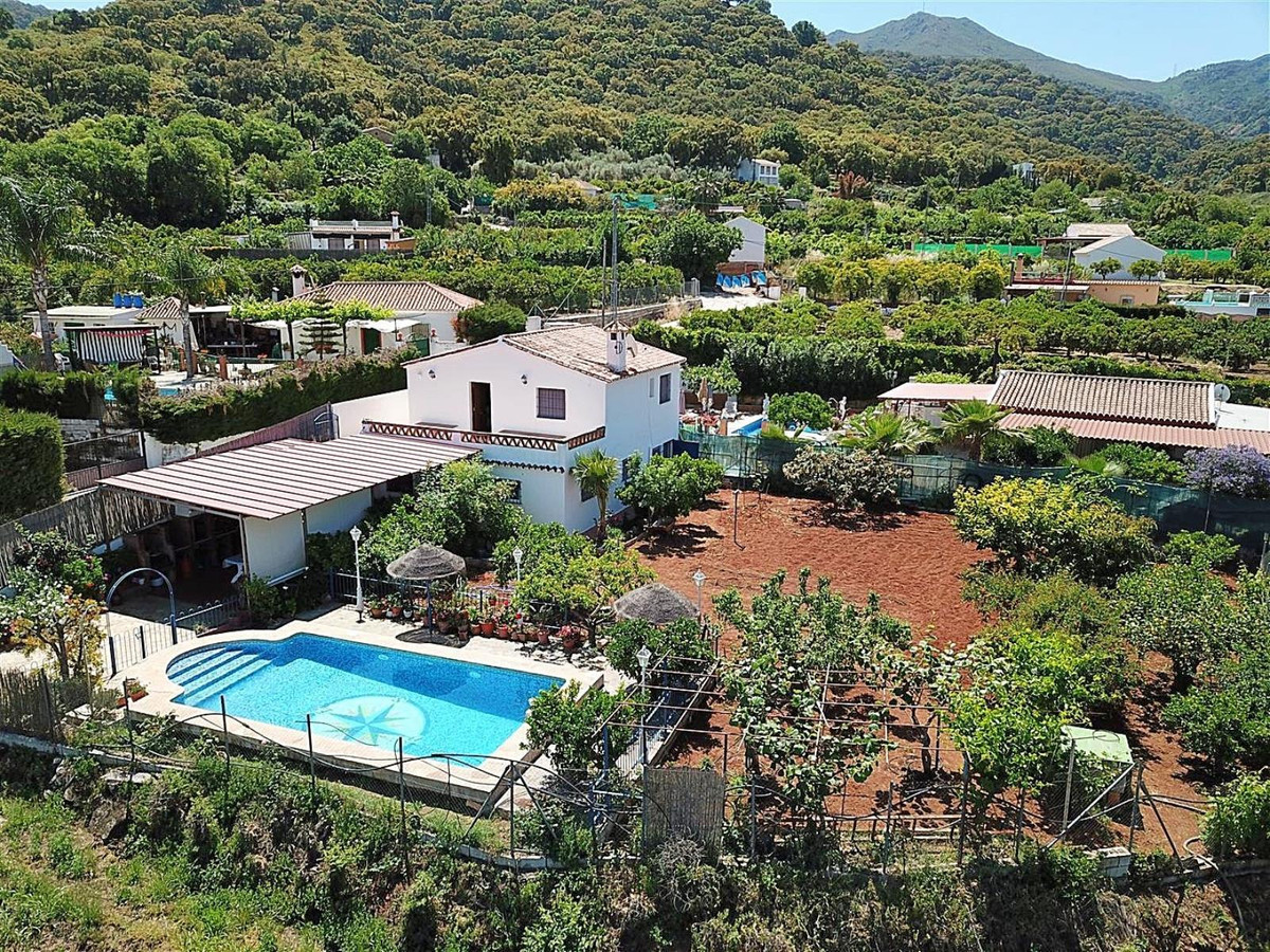 Beautiful country house situated on the outskirts of Monda with very good access and beautiful mount,Spain