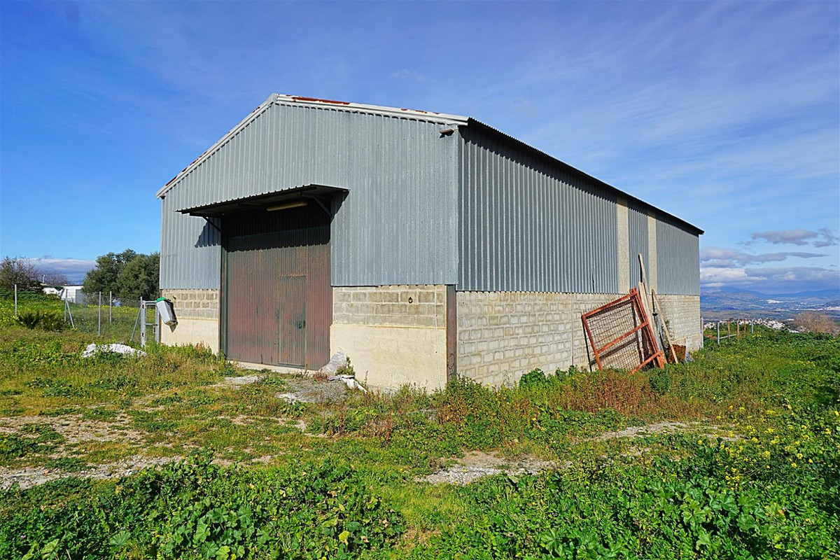 Large warehouse for sale on the outskirts of Coin. The plot is ideal for horses and offers fabulous ,Spain