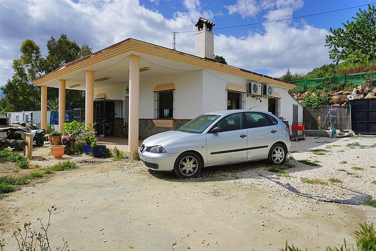 Country property located between Coin and Cartama with great road access.   This one storey home has, Spain
