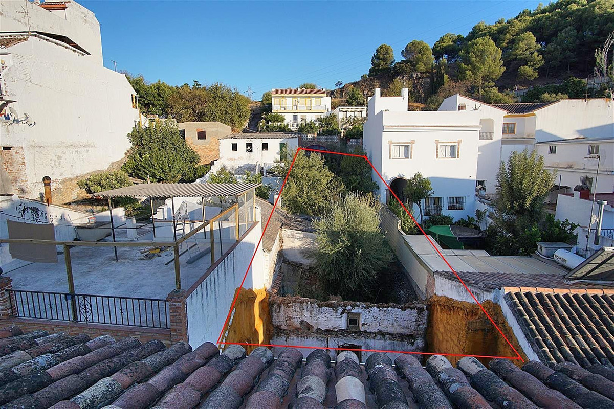 Urban 255m2 plot located in the heart of Monda. The plot is situated in a pedestrian street and ther, Spain