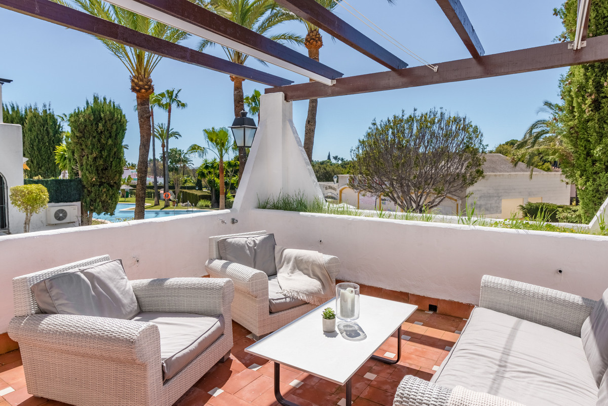 In the popular urbanization Aldea Blanca you will find this fully renovated 3 bedroom apartment. The,Spain