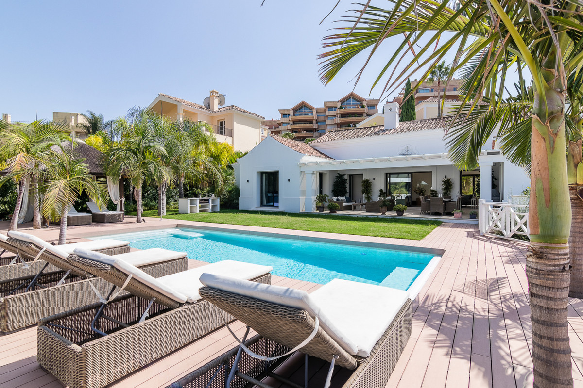 This exquisite villa perfectly combines the comforts of modern space with Andalucian elegance. A tim, Spain