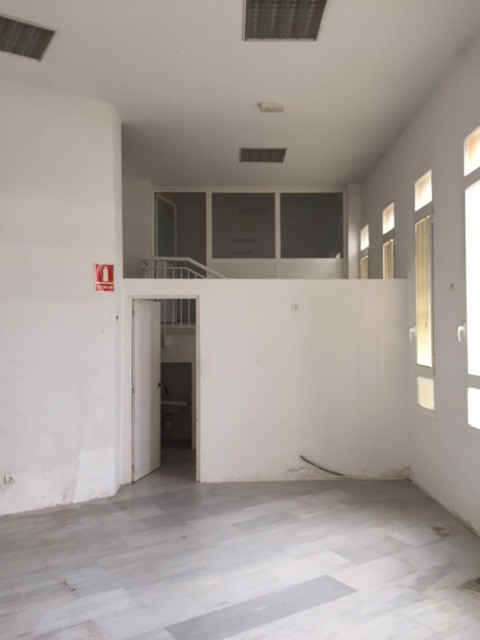For rent commercial local with 125,94 sqm ( useful 113,25 and 8,59 porch). In Avenida de Suiza, Urb.,Spain