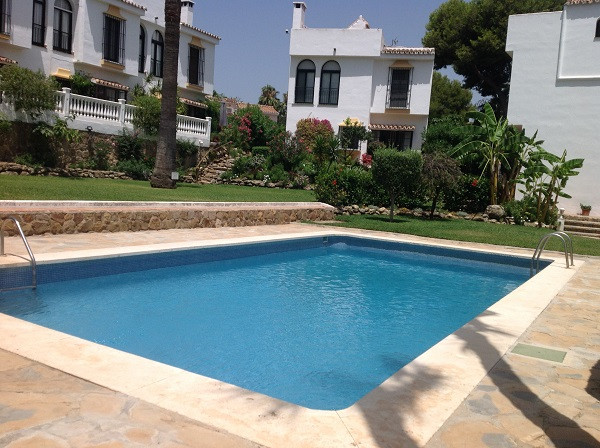 Townhouse in Andalusian style, is situated in a cozy, quiet and well maintained gated community. It , Spain