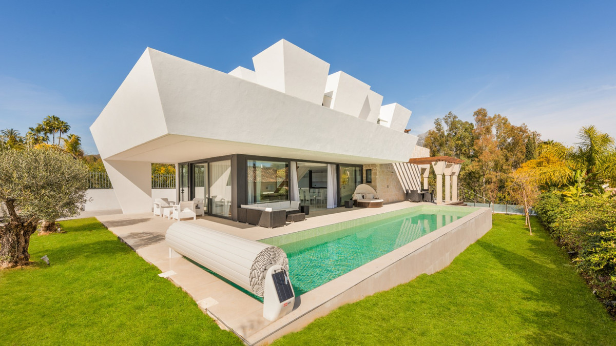 Villa in the best residential area of Nueva Andalucia, very close to Las Brisas golf Club. This area, Spain