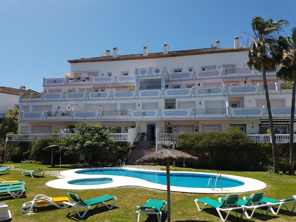 Magnificient Groundfloor apartment walking distance to Puerto Banus. Unusually large apartment in a ,Spain