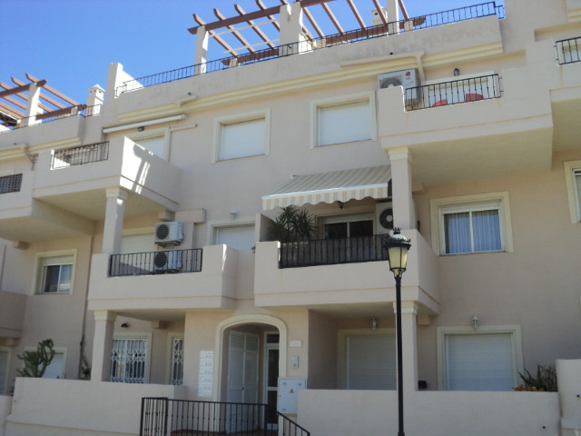 South  facing, middle floor apartment in the popular Duquesa Fairways complex. A short drive from th, Spain