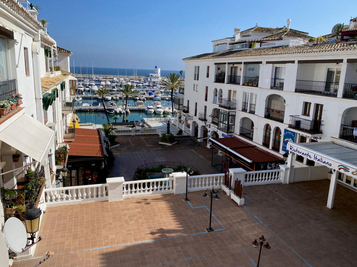 Puerto de la Duquesa, overlooking the marina, a large property. Next to all the services offered by Spain