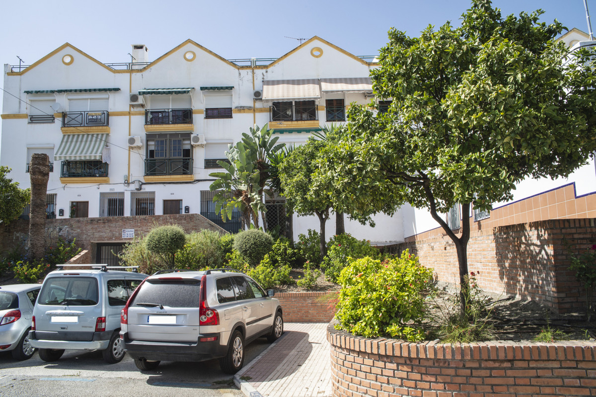 Great investment opportunity in the center of San Pedro de Alcantara! This 4-bedroom, 2-bathroom apa,Spain