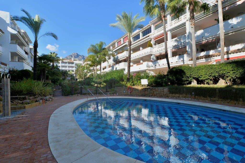 Large property in urbanization on the first line of the beach in the Golden Mile, walking to all ser,Spain