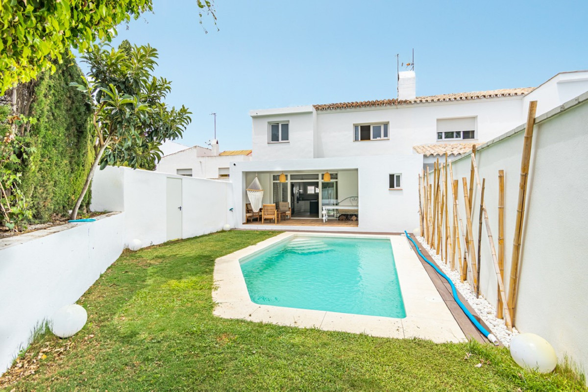 Newly renovated semi-detached house with very good qualities. It is located within a gated community, Spain