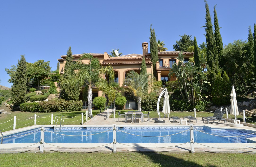Super front line golf villa with southwest orientation, built with very good qualities in La Alqueri, Spain