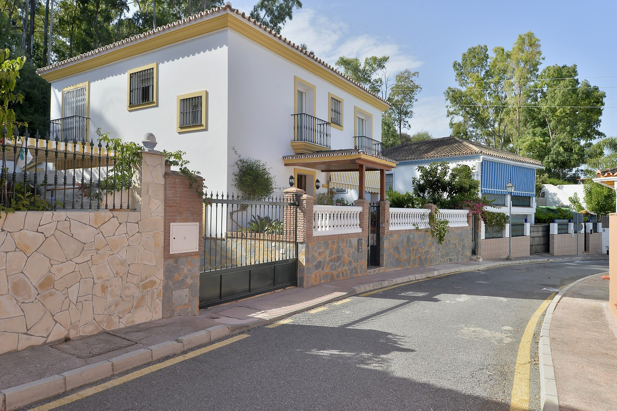 Cozy villa of 316 m2 including covered porch and terrace, with a plot of 351 m2 and garden with barb, Spain