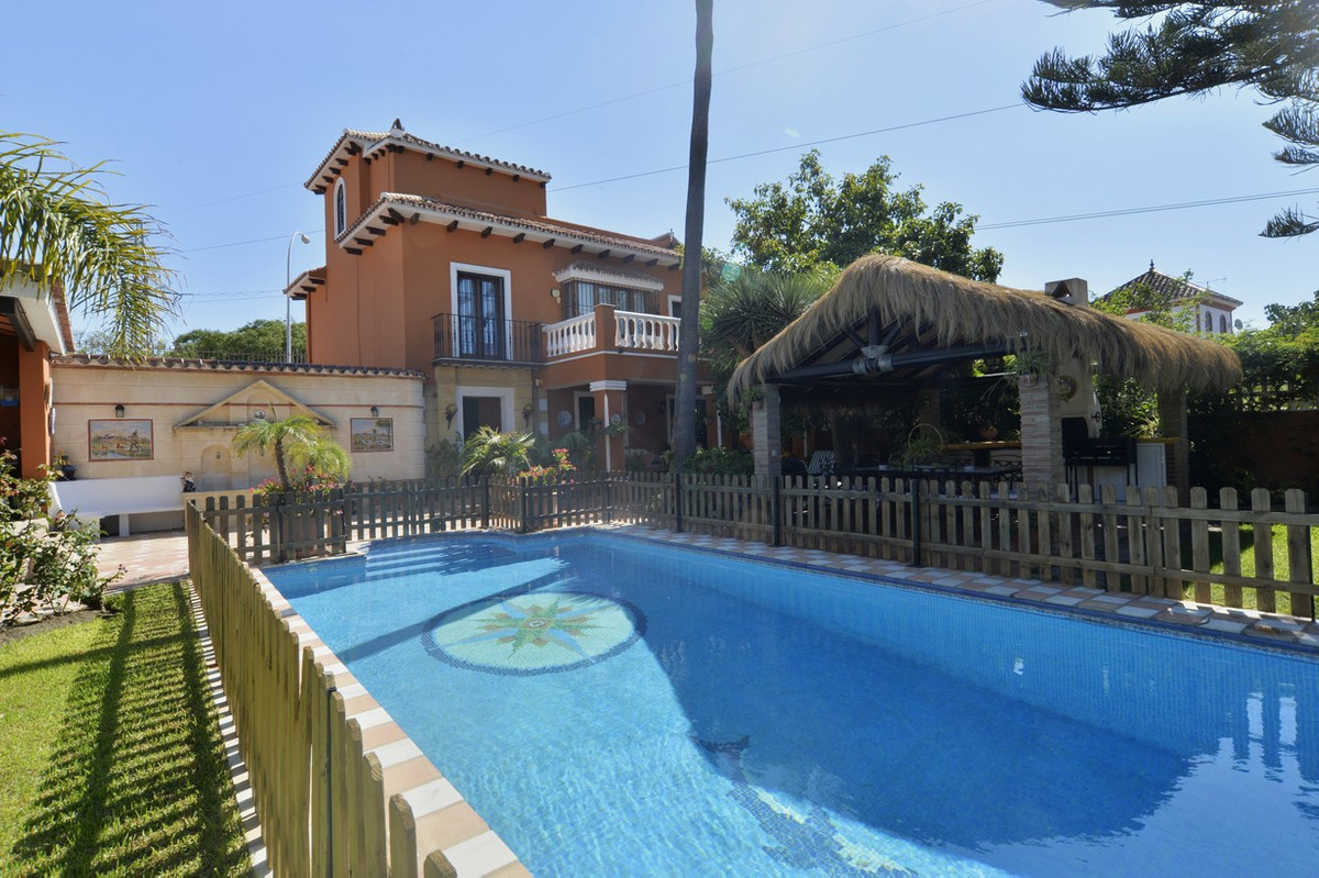 Fantastic villa located on a plot of 562 square meters. Next to Guadalmina Alta and San Pedro de Alc, Spain