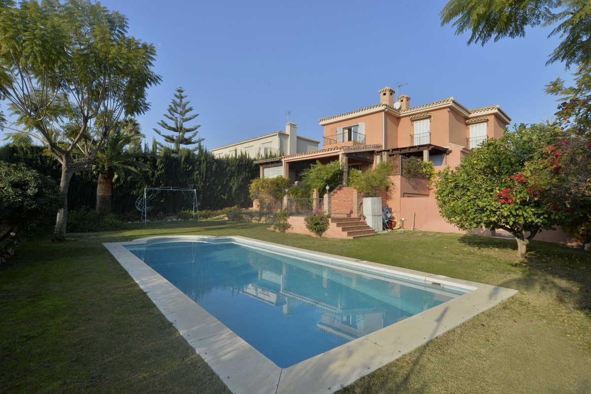 5 minutes walk from Puerto Banus, villa with a plot of 1000 m2. For its exceptional location right n,Spain