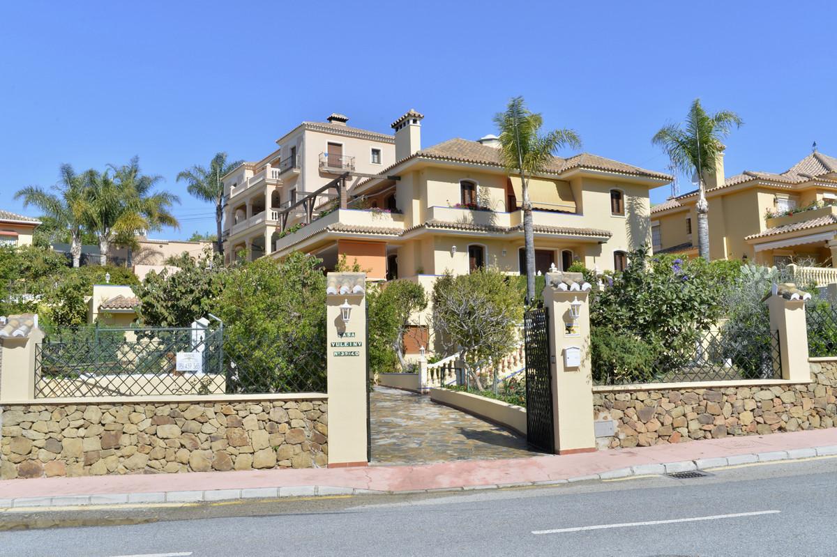 Magnificent Villa for sale in El Gamonal Urbanization, San Pedro de Alcantara, with 4 bedrooms, 3 ba,Spain