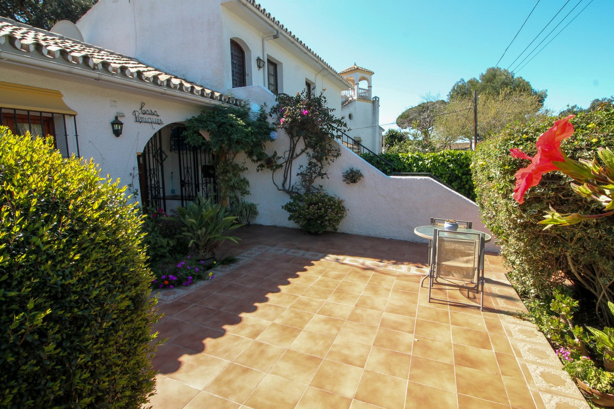 Beautiful one bedroom bungalow walking distance to all the amenities of Elviria and the beach. The p,Spain