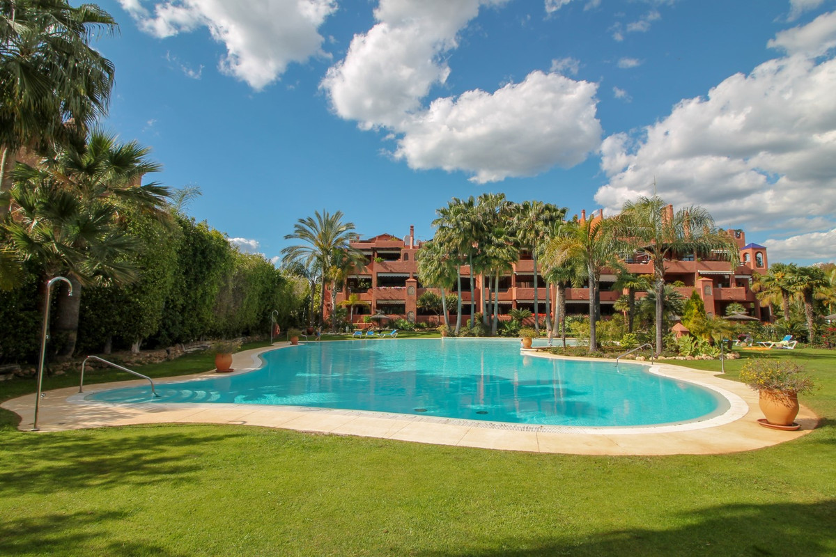 Fantastic 3 bedroom apartment in the secure and sought after urbanisation of Alhambra del Golf, loca,Spain