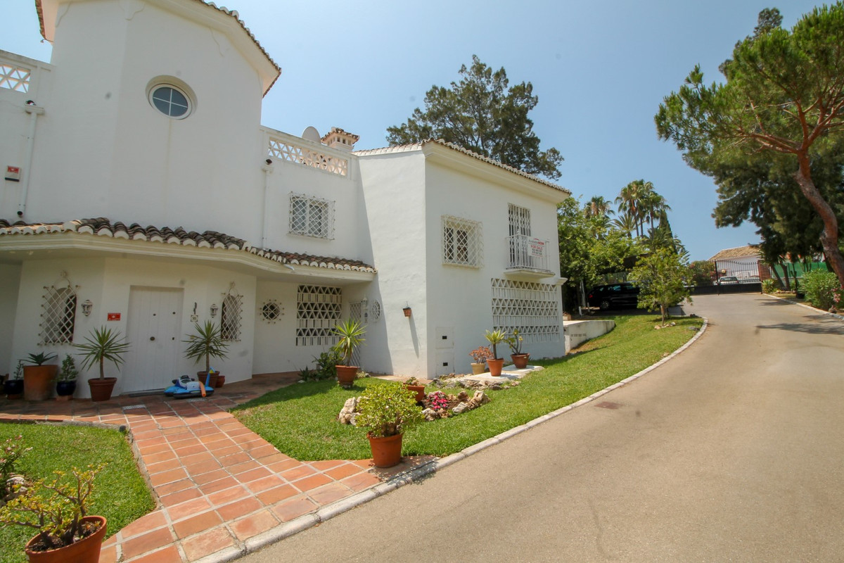 Bright and spacious 3 bedroom semi detached townhouse with large private garden located in Calahonda,Spain