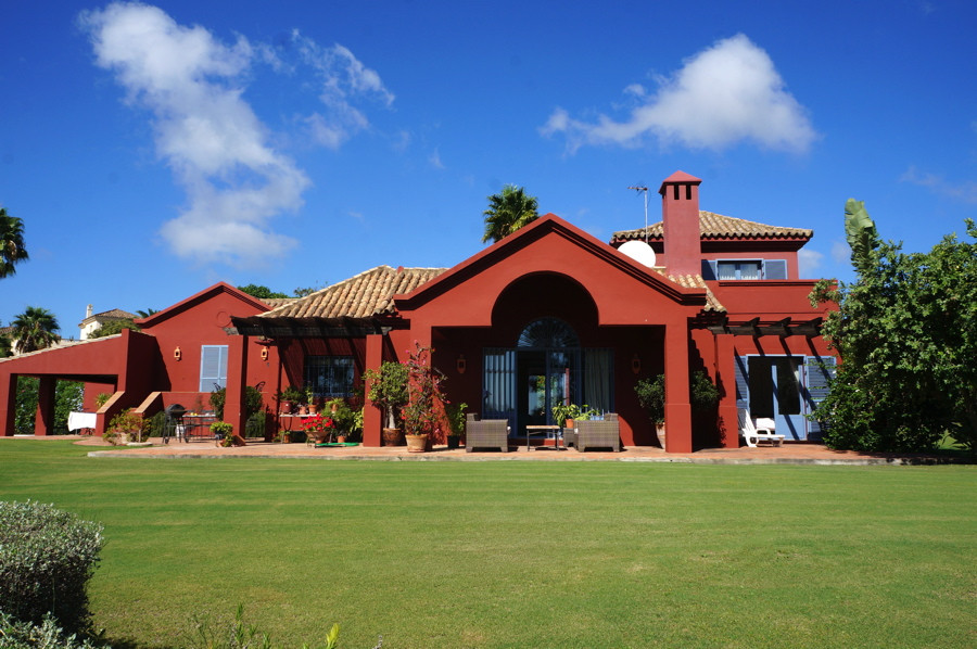 An ideal family home, this 4 bedroom and 4,5 bathroom villa is located in the peaceful setting of Al,Spain