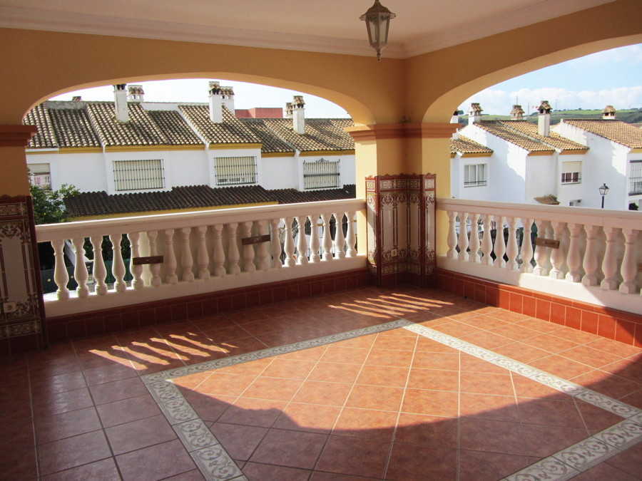 Beautiful property in the town of san roque, this 3 bedroom and 3 bathroom property are on 2 levels , Spain