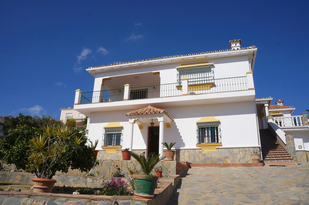 The house is practically at the highest point of Pueblo Nuevo de Guadiaro. The 4 bedroom property en, Spain