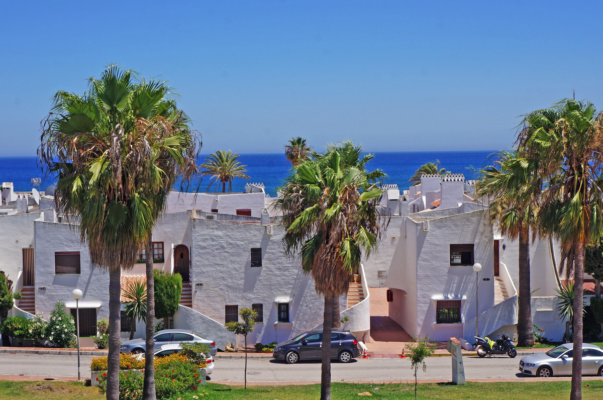 Location, location, loaction. This house is located in the port of La Duquesa with walking distance ,Spain
