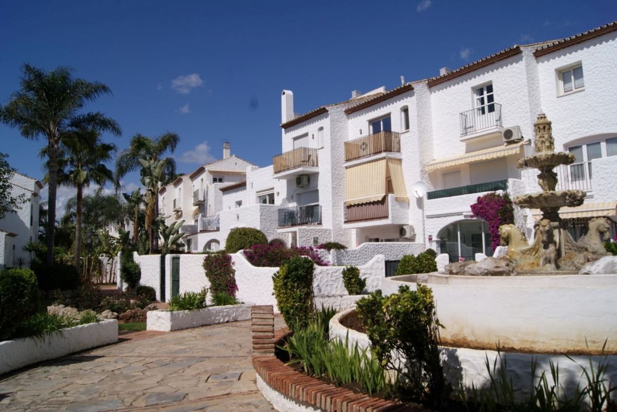 A first floor studio located in a very popular gated complex close to all amenities and only a short, Spain