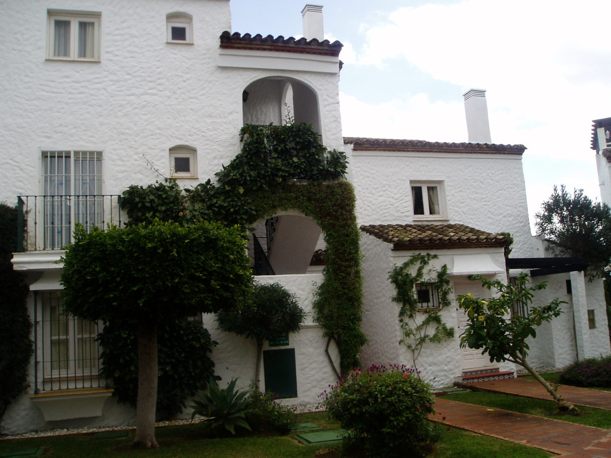 1 bedroom apartment being offered for rent in a very popular complex with a very convenient position,Spain