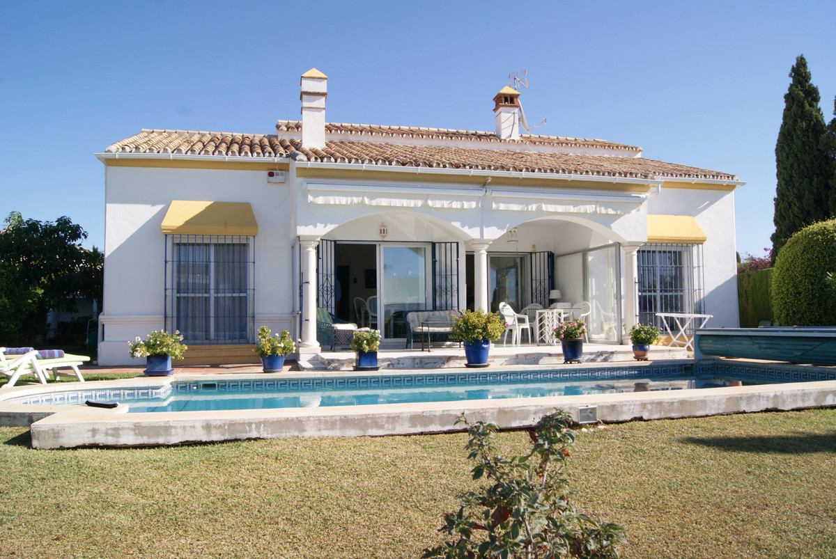A very spacious bungalow located on top of Paraiso Alto and above the very popular Paraiso Golf Cour, Spain