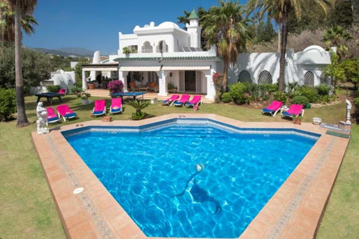 Five bedroom villa located in the heart of El Paraiso Medio with commanding views of mountains and g, Spain