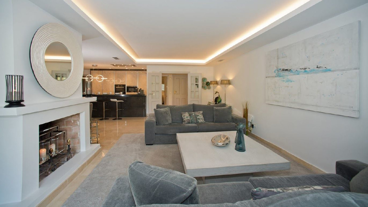 Beautiful apartment completely renovated and furnished, contemporary style, located in Balcones de l, Spain