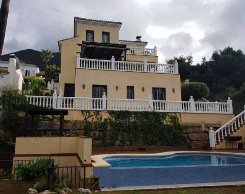 Villa for sale in Istan 13