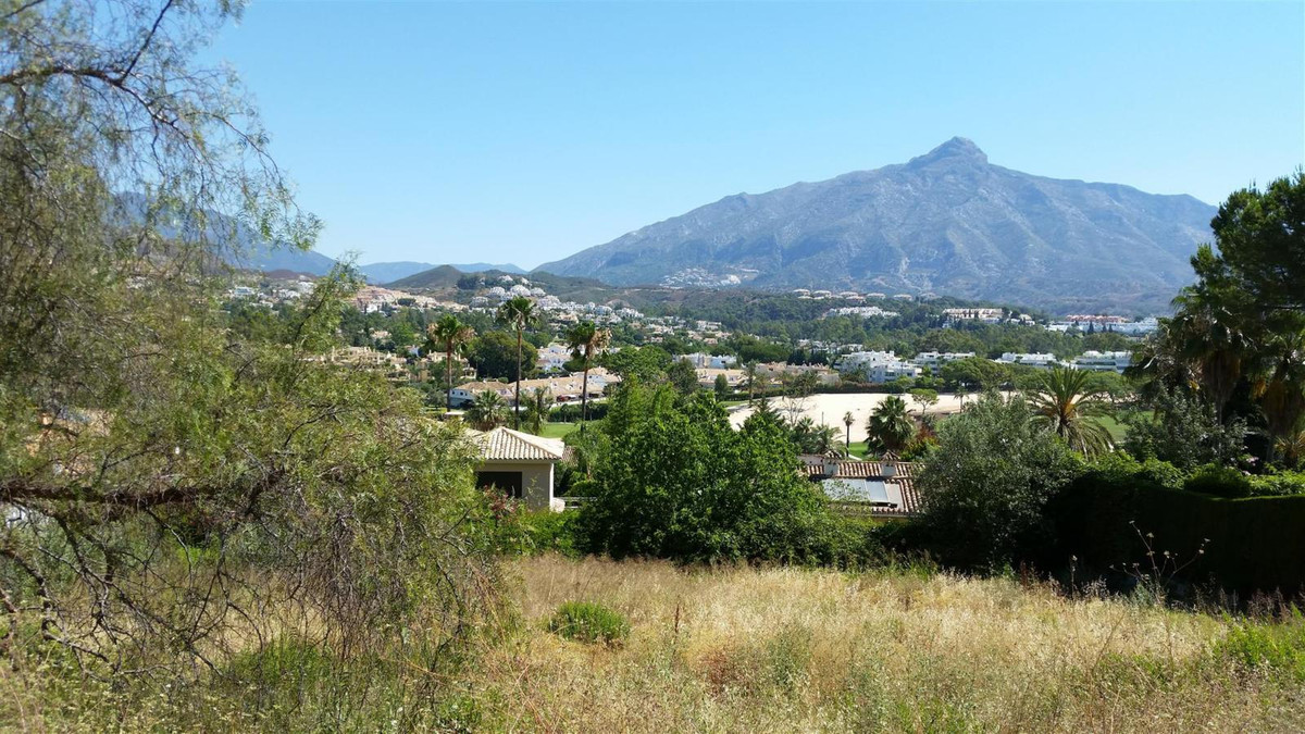 Plot of 1.727sq.m2 located in Las Brisas, oriented to the South-East, and with views to the golf and, Spain