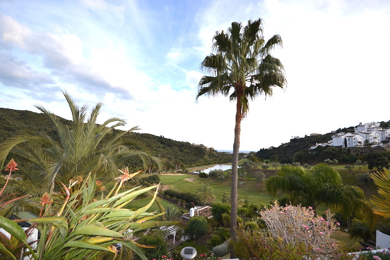 Stunning duplex penthouse  in a gated  and exclusive complex located in a first line golf. The Penth,Spain