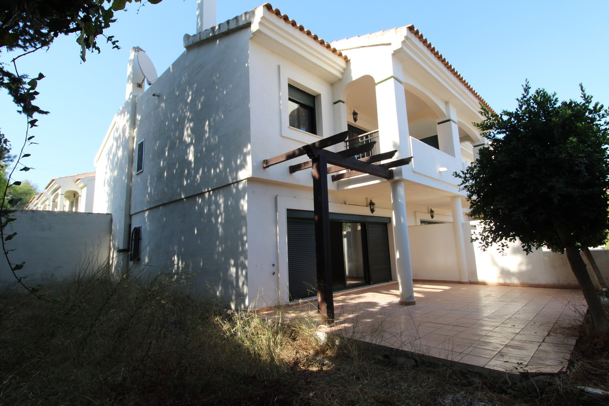 Great Tonwhouse in with  3 Bedrooms, 2.5 Bathrooms,living room, kitchen , big garden,in vey nice are,Spain