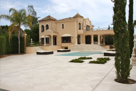 This stately house is situated on a unique plot in one of the most beautiful spots on Marbella , Sie,Spain